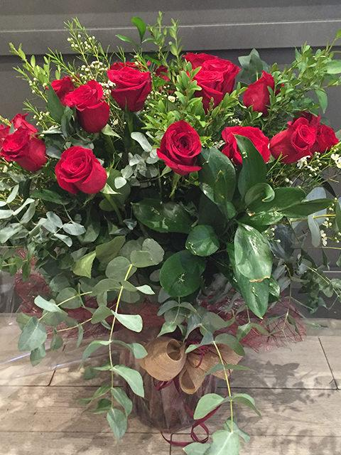 Rosas rojas de tallo largo