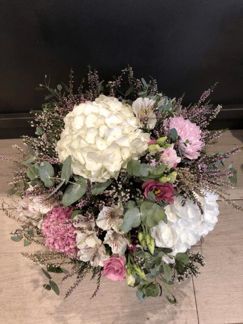 Ramo de flores Génova en blancos y rosas