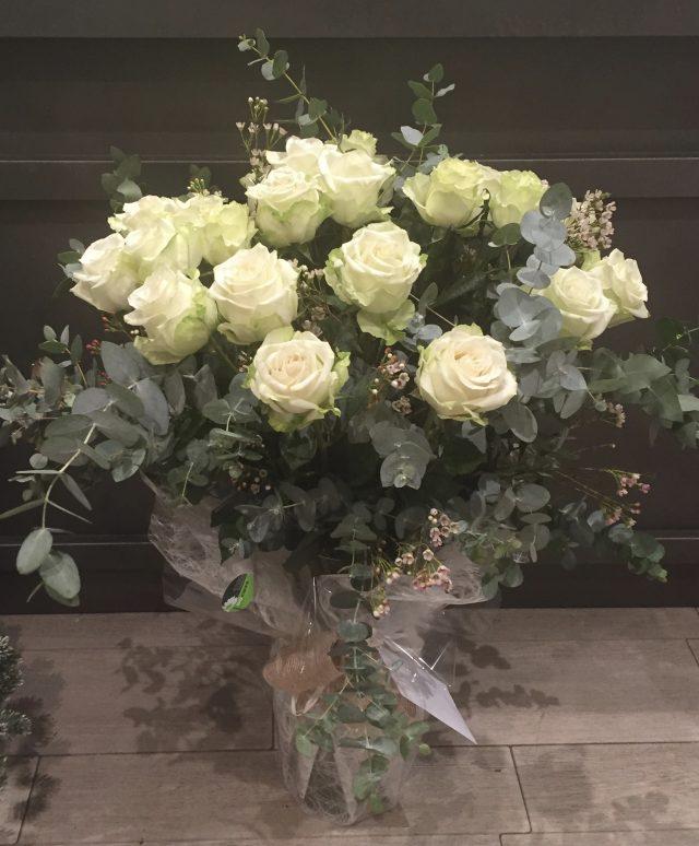 Ramo de rosas blancas de tallo largo, de Docrys Floral Concepts