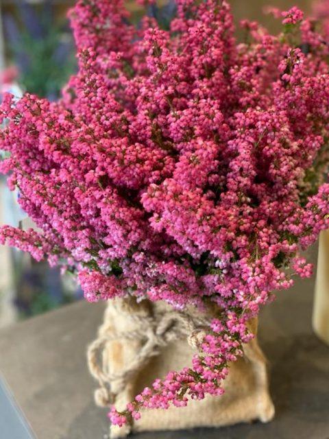 Saquito de brezos rosas de Docrys Floral Concepts